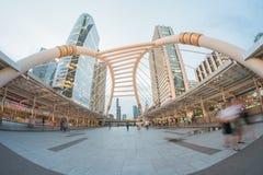 Οι μη αναγνωρισμένοι άνθρωποι περπατούν στο skywalk στην περιοχή Sathorn, Μπανγκόκ, Ταϊλάνδη Στοκ Φωτογραφίες
