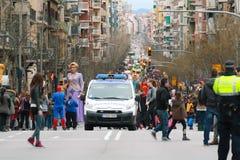 Οι μη αναγνωρισμένοι άνθρωποι στη μέση της οδού Sants σε καρναβάλι παρελαύνουν Στοκ Φωτογραφίες