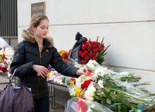 Οι μη αναγνωρισμένοι άνθρωποι φέρνουν τα λουλούδια Στοκ εικόνα με δικαίωμα ελεύθερης χρήσης