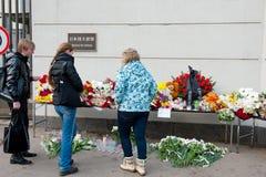 Οι μη αναγνωρισμένοι άνθρωποι φέρνουν τα λουλούδια Στοκ Φωτογραφία