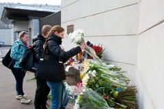 Οι μη αναγνωρισμένοι άνθρωποι φέρνουν τα λουλούδια Στοκ φωτογραφία με δικαίωμα ελεύθερης χρήσης