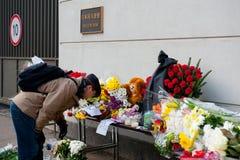 Οι μη αναγνωρισμένοι άνθρωποι φέρνουν τα λουλούδια Στοκ Εικόνες