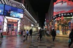 Οι μη αναγνωρισμένοι άνθρωποι ψωνίζουν σε NANBA ψωνίζοντας arcade Στοκ εικόνα με δικαίωμα ελεύθερης χρήσης
