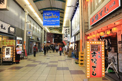 Οι μη αναγνωρισμένοι άνθρωποι ψωνίζουν σε NANBA ψωνίζοντας arcade Στοκ φωτογραφία με δικαίωμα ελεύθερης χρήσης