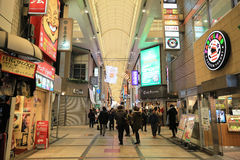 Οι μη αναγνωρισμένοι άνθρωποι ψωνίζουν σε NANBA ψωνίζοντας arcade Στοκ φωτογραφίες με δικαίωμα ελεύθερης χρήσης