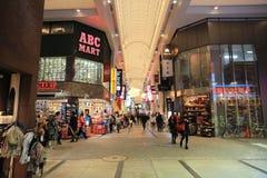 Οι μη αναγνωρισμένοι άνθρωποι ψωνίζουν σε NANBA ψωνίζοντας arcade Στοκ Εικόνες