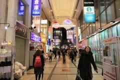 Οι μη αναγνωρισμένοι άνθρωποι ψωνίζουν σε NANBA ψωνίζοντας arcade Στοκ Εικόνα