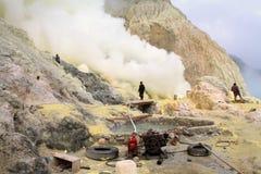 Οι μη αναγνωρισμένοι ανθρακωρύχοι συγκομίζουν το ακατέργαστο θείο από τον κρατήρα του ηφαιστείου Kawah Ijen στοκ εικόνες με δικαίωμα ελεύθερης χρήσης