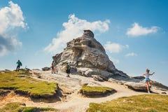 Οι μη αναγνωρισμένοι τουρίστες επισκέπτονται τα βουνά Bucegi στη Ρουμανία στις 9 Ιουλίου 2015 Στοκ εικόνα με δικαίωμα ελεύθερης χρήσης