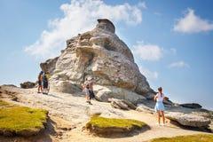 Οι μη αναγνωρισμένοι τουρίστες επισκέπτονται τα βουνά Bucegi στη Ρουμανία στις 9 Ιουλίου 2015 Στοκ Εικόνα