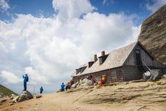 Οι μη αναγνωρισμένοι τουρίστες επισκέπτονται το καταφύγιο βουνών στα βουνά Bucegi στη Ρουμανία Στοκ Φωτογραφίες