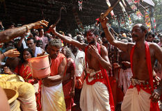 Οι μη αναγνωρισμένοι χρησμοί χορεύουν στη έκσταση κατά τη διάρκεια του φεστιβάλ Bharani στο ναό Kodungallur Bhagavathi Στοκ φωτογραφία με δικαίωμα ελεύθερης χρήσης