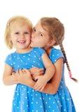 Οι μικρές αδελφές φιλούν Στοκ Φωτογραφία
