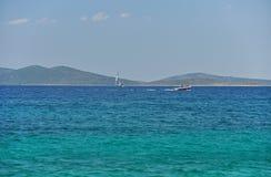 Οι μικρές βάρκες ενάντια στο μπλε της αδριατικής θάλασσας Στοκ Εικόνες