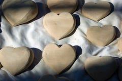 Οι μικρές ξύλινες καρδιές χάρασαν κατά προσέγγιση, καμένος με το χέρι στοκ φωτογραφία με δικαίωμα ελεύθερης χρήσης