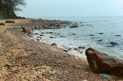 Οι μικρές πέτρες στην ακτή, χαμηλά κύματα τρέχουν στην παραλία, κύματα θάλασσας στην παραλία, μια θύελλα στη θάλασσα της Βαλτικής Στοκ Εικόνες