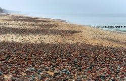 Οι μικρές πέτρες στην ακτή, χαμηλά κύματα τρέχουν στην παραλία, κύματα θάλασσας στην παραλία, μια θύελλα στη θάλασσα της Βαλτικής Στοκ εικόνα με δικαίωμα ελεύθερης χρήσης