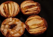 Οι μικρές σπιτικές πίτες μήλων έψησαν πρόσφατα κάθε μια στη φόρμα της στοκ φωτογραφίες
