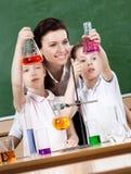 Οι μικροί μαθητές μελετούν τη χημεία στοκ φωτογραφίες