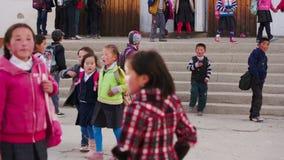 Οι μικροί μαθητές πηγαίνουν για έναν περίπατο από το σχολείο απόθεμα βίντεο