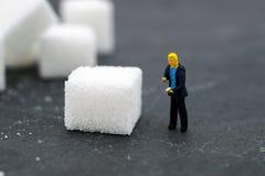 Οι μικροσκοπικοί άνθρωποι η ζάχαρη θολωμένο ανασκόπηση χάπι μασκών υγείας προσώπου έννοιας προσοχής προστατευτικό Στοκ Φωτογραφία