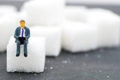 Οι μικροσκοπικοί άνθρωποι η ζάχαρη θολωμένο ανασκόπηση χάπι μασκών υγείας προσώπου έννοιας προσοχής προστατευτικό Στοκ εικόνες με δικαίωμα ελεύθερης χρήσης