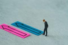 Οι μικροσκοπικοί άνθρωποι λογαριάζουν ως σκέψη επιχειρηματιών με το βέλος ο Στοκ εικόνες με δικαίωμα ελεύθερης χρήσης