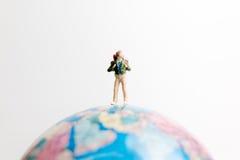 Οι μικροσκοπικοί άνθρωποι λογαριάζουν τη στάση στον παγκόσμιο χάρτη σφαιρών Στοκ εικόνες με δικαίωμα ελεύθερης χρήσης