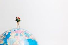 Οι μικροσκοπικοί άνθρωποι λογαριάζουν τη στάση στον παγκόσμιο χάρτη σφαιρών Στοκ φωτογραφίες με δικαίωμα ελεύθερης χρήσης