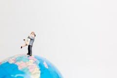 Οι μικροσκοπικοί άνθρωποι λογαριάζουν τη στάση στον παγκόσμιο χάρτη σφαιρών Στοκ Φωτογραφίες