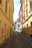 Οι μοναδικές οδοί της παλαιάς Μπρατισλάβα, συναρπάζουν από τη γοητεία, ένα cosiness και μια άριστη μπύρα στοκ φωτογραφία με δικαίωμα ελεύθερης χρήσης
