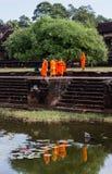Οι μοναχοί επισκέπτονται Angkor Wat Τ Στοκ Εικόνες