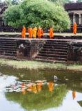 Οι μοναχοί επισκέπτονται Angkor Wat Στοκ εικόνα με δικαίωμα ελεύθερης χρήσης