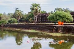 Οι μοναχοί επισκέπτονται Angkor Wat Στοκ Εικόνα