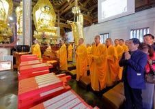 Οι μοναχοί και οι οπαδοί προσεύχονται στο ναό, srgb εικόνα στοκ φωτογραφία