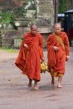 Οι μοναχοί περπατούν από το δρόμο μπροστά από τη νότια πύλη Angkor Thom σε Siem συγκεντρώνουν, Καμπότζη Στοκ Εικόνες