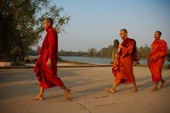 Οι μοναχοί που περπατούν σε Angkor Wat, Siem συγκεντρώνουν, Καμπότζη Στοκ Εικόνα