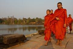 Οι μοναχοί που περπατούν σε Angkor Wat, Siem συγκεντρώνουν, Καμπότζη Στοκ Φωτογραφίες