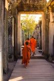 Οι μοναχοί στα αρχαία πρόσωπα πετρών του ναού Bayon, Angkor Στοκ φωτογραφίες με δικαίωμα ελεύθερης χρήσης