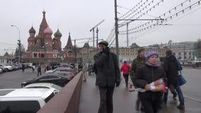 Οι μοσχοβίτες είναι λουλούδια και ελαφριά κεριά στη γέφυρα στο Κρεμλίνο, όπου η δολοφονία εμφανίστηκε απόθεμα βίντεο