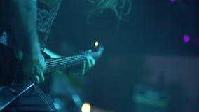 Οι μουσικοί παίζουν σε μια εκλεκτής ποιότητας ηλεκτρική κιθάρα στο φεστιβάλ μουσικής ροκ Κινηματογράφηση σε πρώτο πλάνο χεριών απόθεμα βίντεο