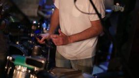 Οι μουσικοί παίζουν στη λέσχη όργανα μουσικά φιλμ μικρού μήκους