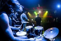 Οι μουσικοί παίζουν στη σκηνή Στοκ εικόνες με δικαίωμα ελεύθερης χρήσης