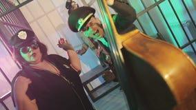 Οι μουσικοί στις στολές αστυνομίας παίζουν τις διπλά πέρκες και το ακκορντέον απόθεμα βίντεο