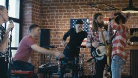 Οι μουσικοί συγκρούονται κατά τη διάρκεια της πρόβας απόθεμα βίντεο