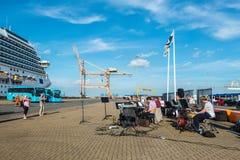 Οι μουσικοί χαιρετούν τους επισκέπτες στο λιμένα κρουαζιέρας στοκ φωτογραφία