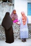 Οι μουσουλμανικές γυναίκες μιλούν στην οδό του μικρού χωριού νησιών Στοκ Εικόνες