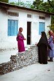 Οι μουσουλμανικές γυναίκες μιλούν στην οδό του μικρού χωριού νησιών Στοκ εικόνα με δικαίωμα ελεύθερης χρήσης