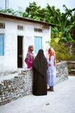Οι μουσουλμανικές γυναίκες μιλούν στην οδό του μικρού χωριού νησιών Στοκ φωτογραφίες με δικαίωμα ελεύθερης χρήσης