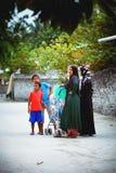 Οι μουσουλμανικές γυναίκες μιλούν στην οδό του μικρού χωριού νησιών Στοκ Φωτογραφίες